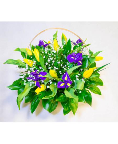 Корзинка весенняя из ирисов и тюльпанов
