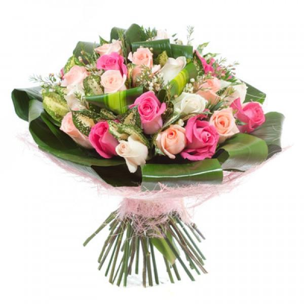 """Букет """"Поздравляю"""". Из 17-ти элитных роз двух цветов с зеленью"""